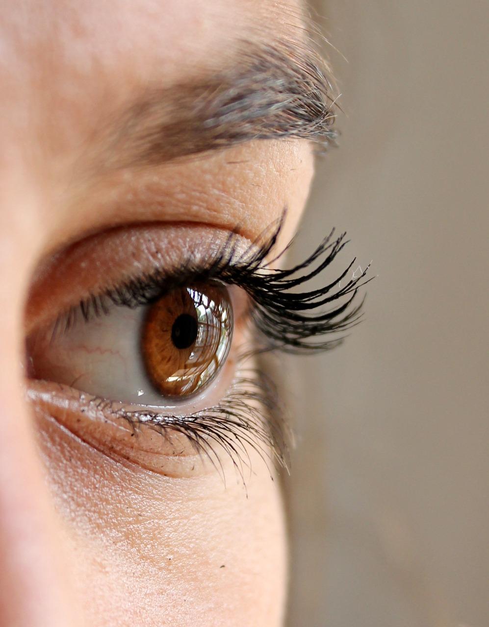 女性の眼球アップ